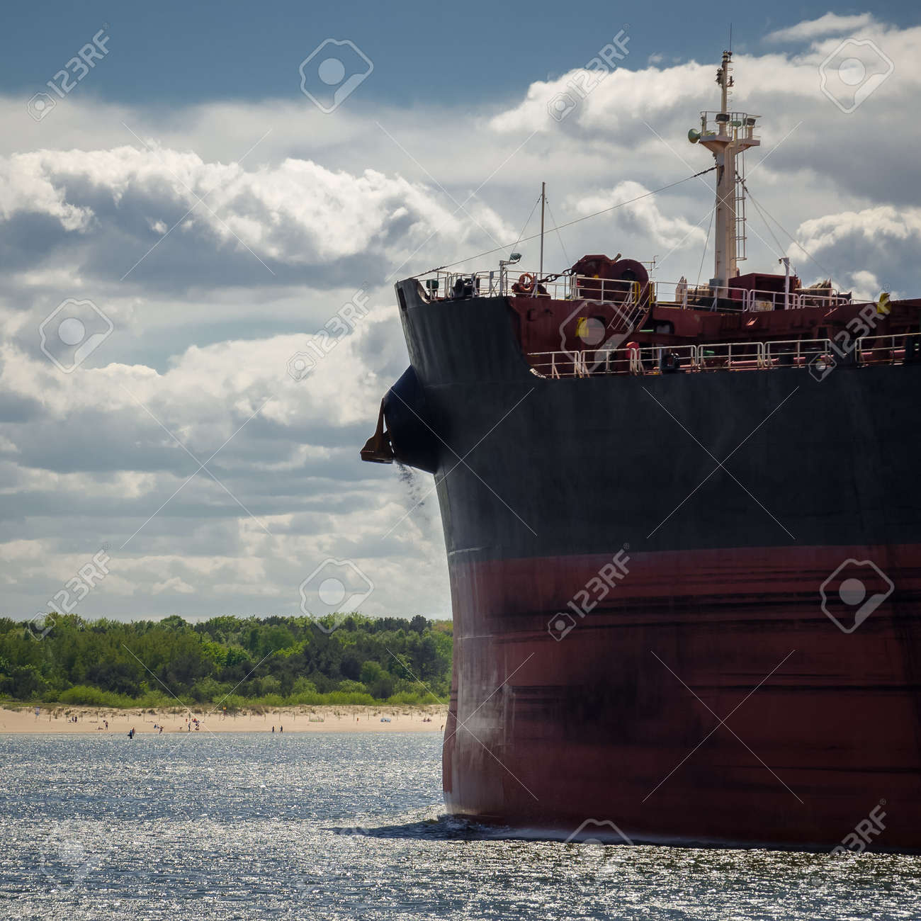 BULK CARRIER - Ship sailig to sea port - 170815127