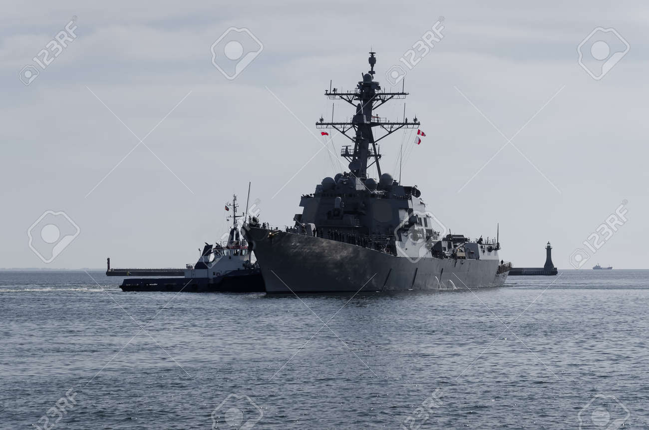 WARSHIP - US Navy guided missile destroyer maneuvers in the port assisted by a tugboat - 170922864
