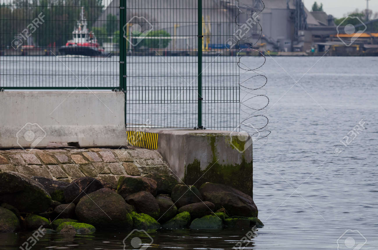 PROTECTING SITE - Separating seaport with fence and razor wire - 171214270