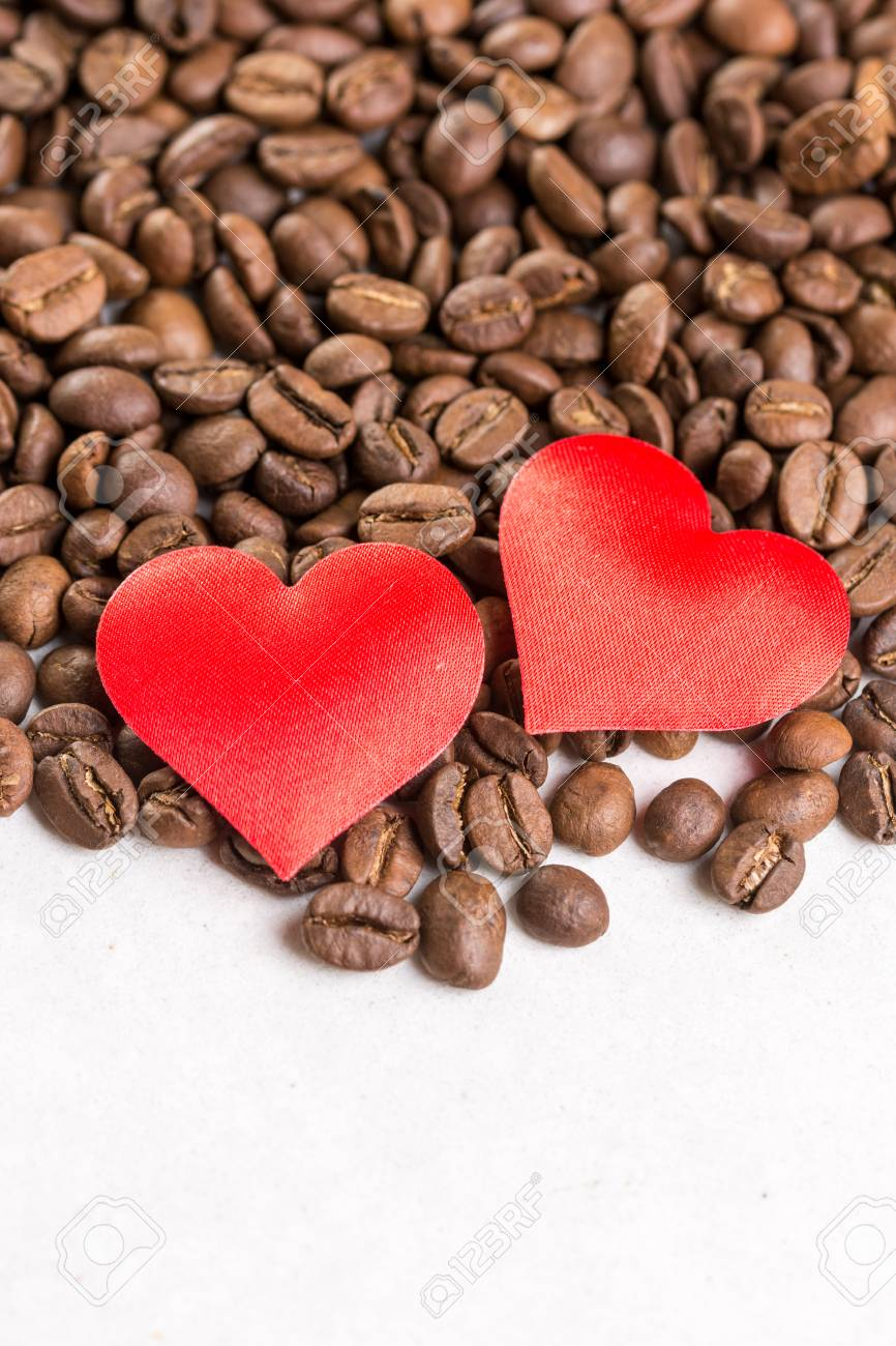 Immagini Stock Due Cuori Rossi Sul Mucchio Dei Chicchi Di Caffè