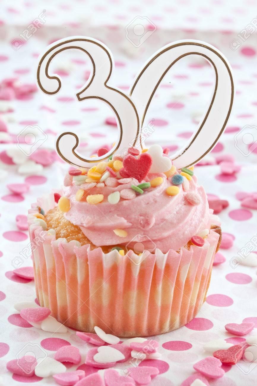 Kleiner Kuchen Mit Rosa Zuckerguss Und Streuseln Fur Eine 30