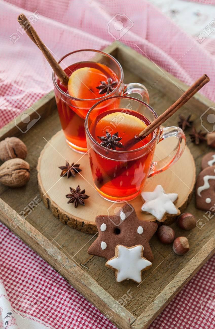Hot Rum-Punsch Mit Apfel Und Gewürze Lizenzfreie Fotos, Bilder Und ...