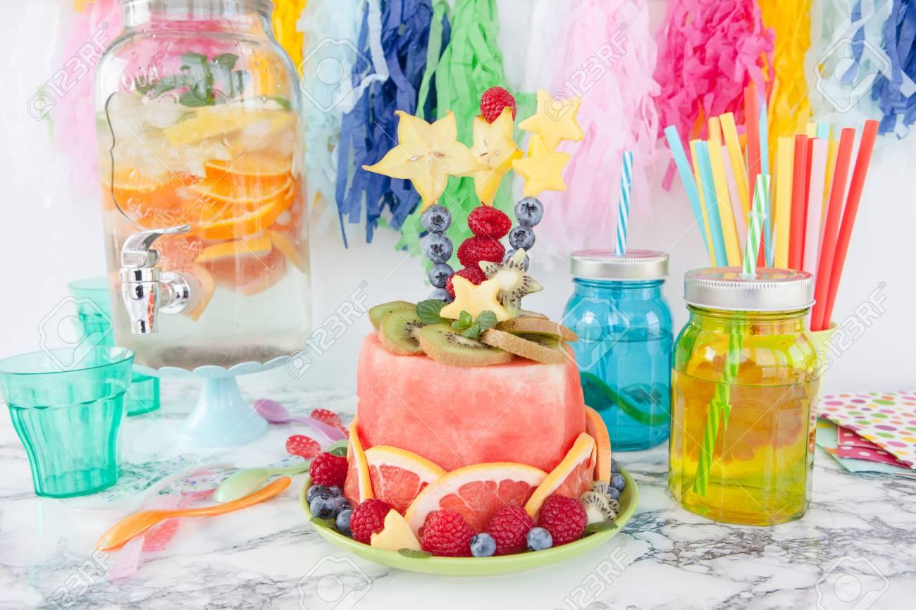 Bunter Kuchen Aus Frischen Fruchten Mit Partydekorationen