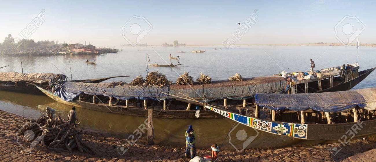 マリ共和国のニジェール川モプテ...