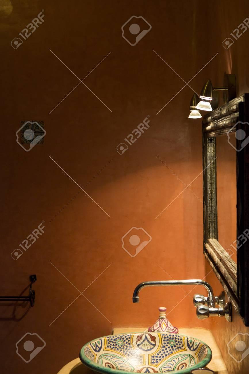 Spa d\'inspiration marocaine, et salle de bains au Maroc. Vue de l\'évier et  le miroir avec un équipement d\'éclairage.