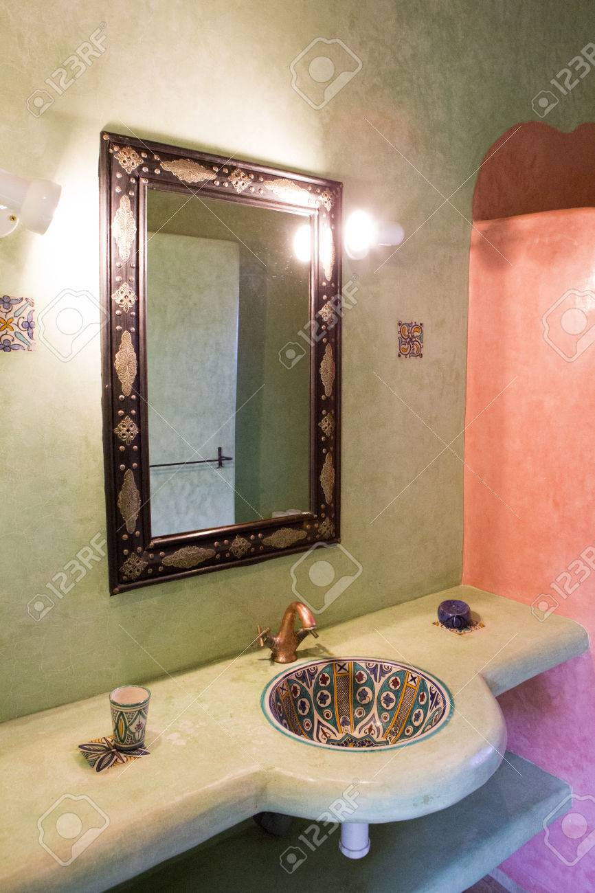 Spa D\'inspiration Marocaine, Et Salle De Bains Au Maroc. Vue De L ...
