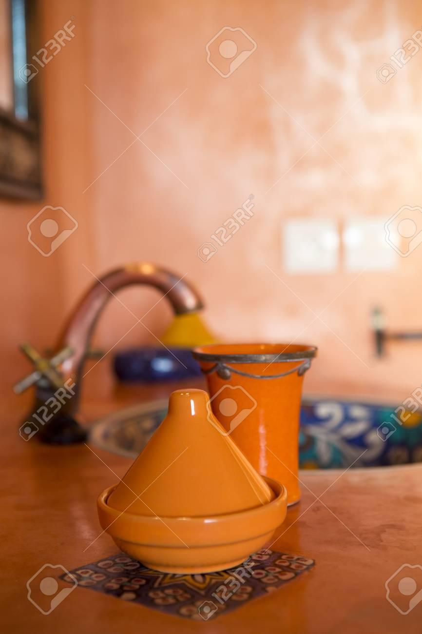 Décoration Orange Marocaine Dans Salle De Bain Traditionnelle Avec ...