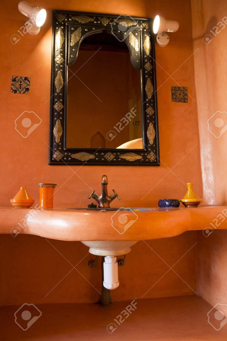 Spa d\'inspiration marocaine, et salle de bains au Maroc. Vue de l\'évier et  le miroir avec un équipement d\'éclairage ci-dessus.