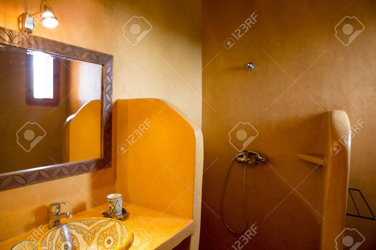 Spa d\'inspiration marocaine, et salle de bains au Maroc. Vue de l\'évier,  douche et le miroir avec un équipement d\'éclairage.