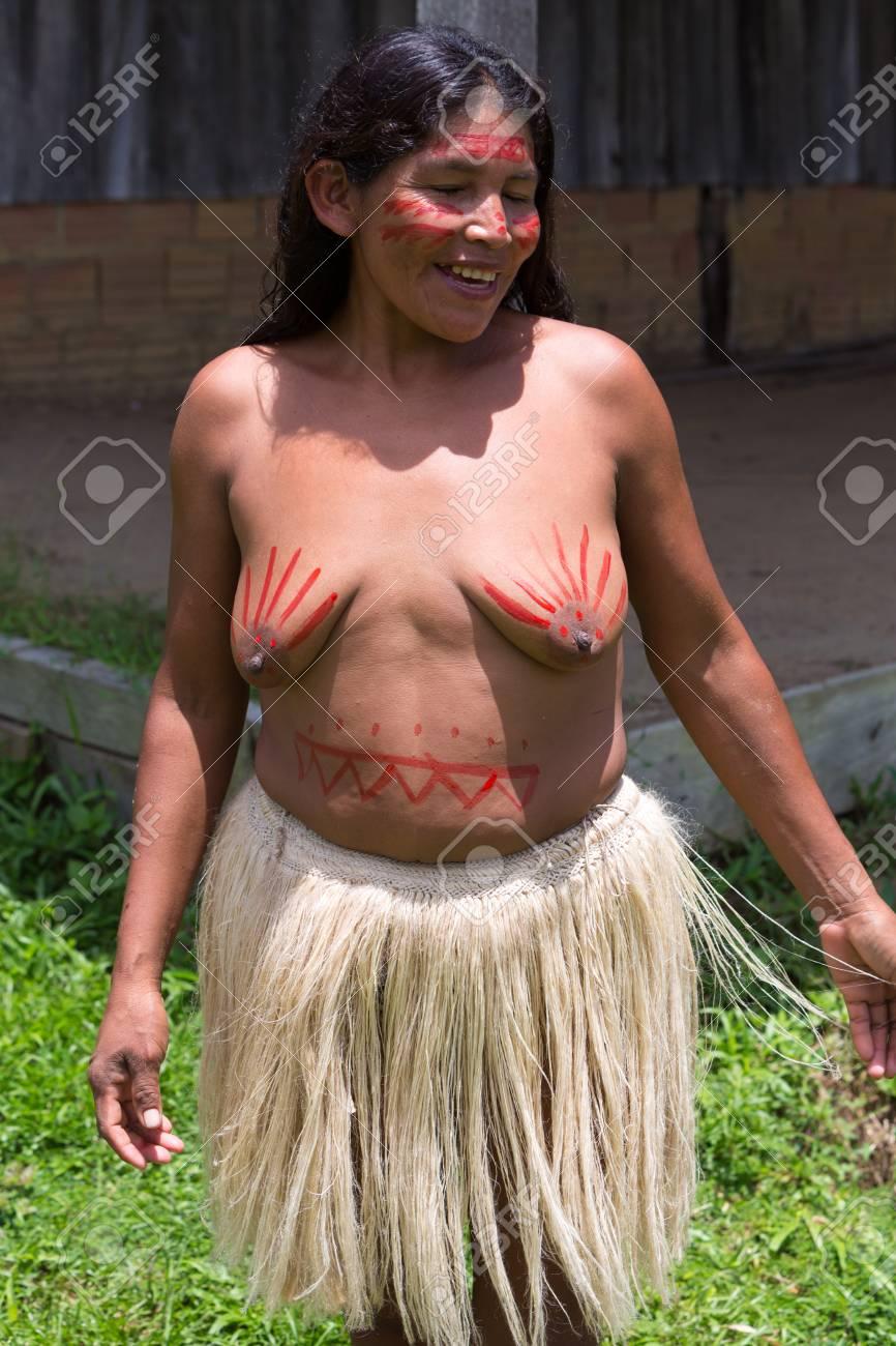 Nativo Indio Mujer Semi Desnuda Posando Y Sonriendo A La Cámara Delante De Una Casa De Ladrillos Cerca De Manaus Brasil 2015
