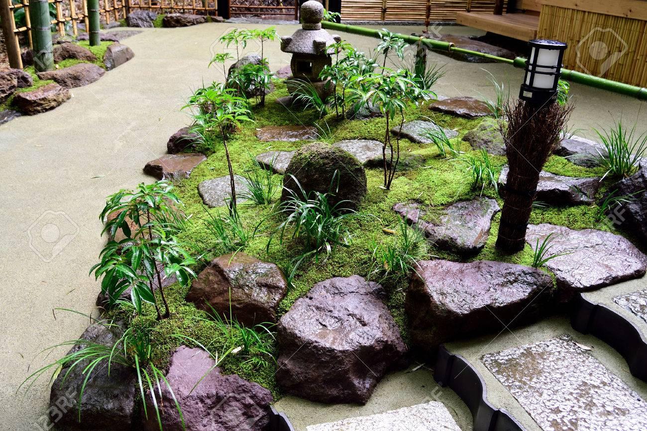 Petit Jardin Japonais Composé De Divers éléments Tels Que Des ...