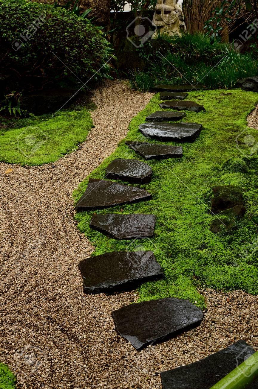 Gravier Commissionnée Tremplins Dans Un Petit Jardin Japonais ...