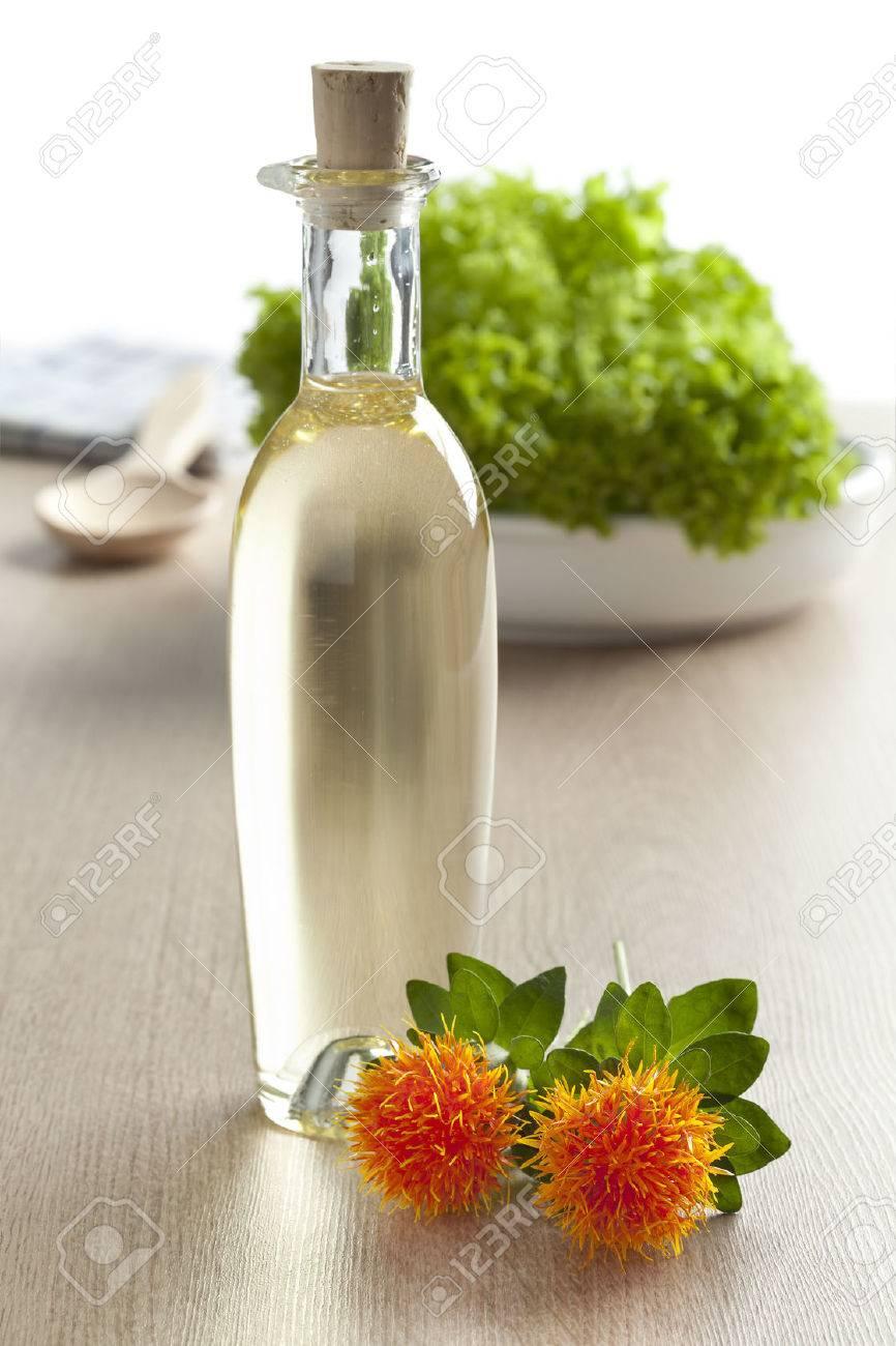 白い背景のサフラワー油の瓶 ロ...