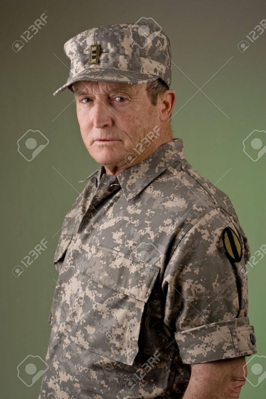 陸軍准尉として服を着た古い男 ...