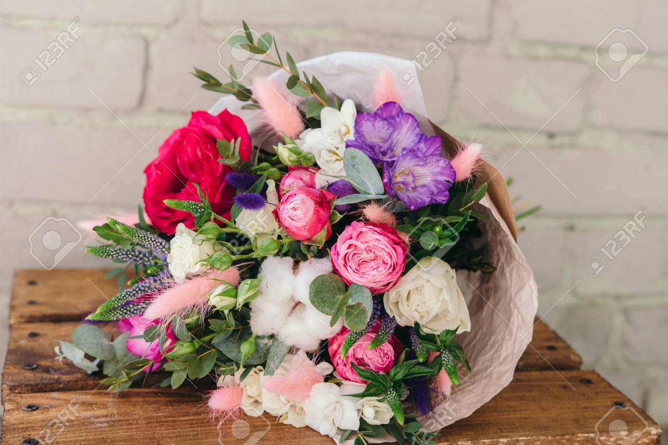 Feuille D Eucalyptus Bouquet bouquet élégant de fleurs fraîches. composition de freesia, de roses, de  feuilles d'eucalyptus. fermer