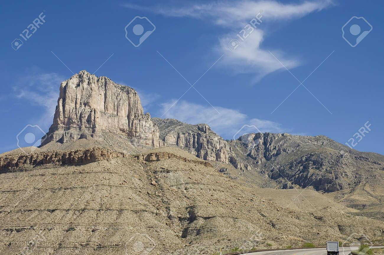 青空の下で周囲の砂漠から突然立...