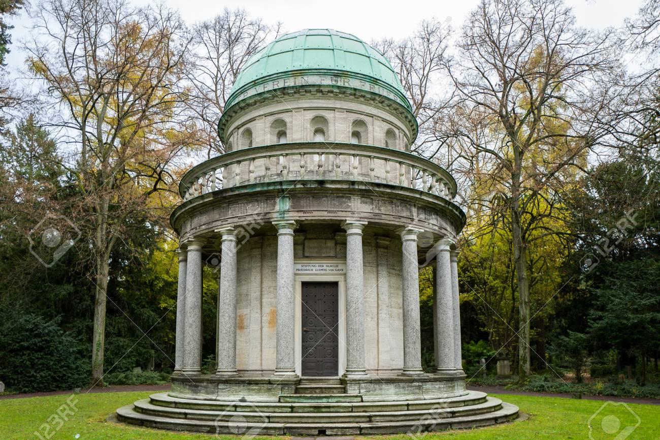 Frankfurt, Germany - November 19: The Urnenhalle on the Frankfurt Hauptfriedhof on November 19, 2017. Standard-Bild - 90127221