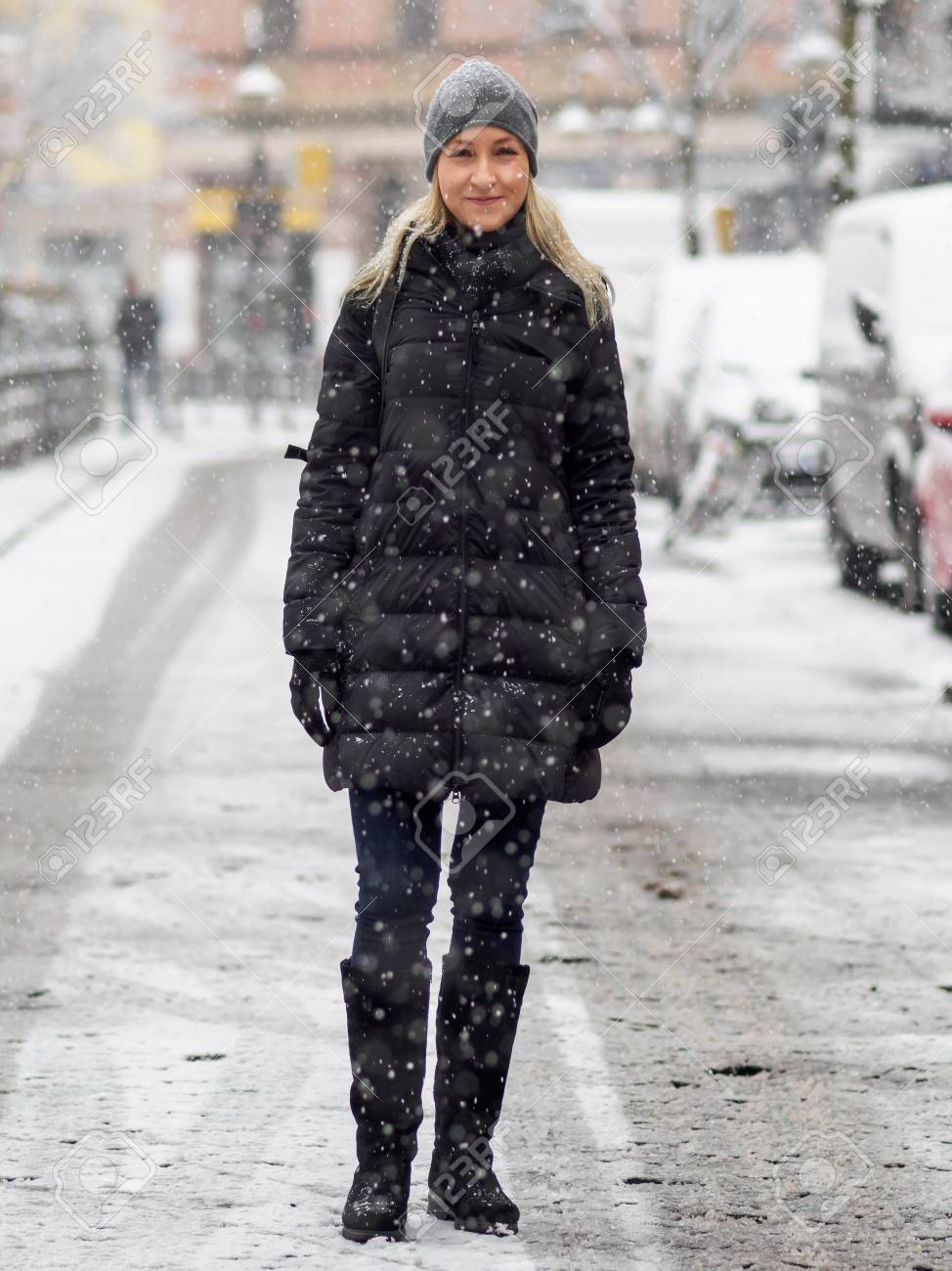 Blonde girl in the snow Standard-Bild - 91278205
