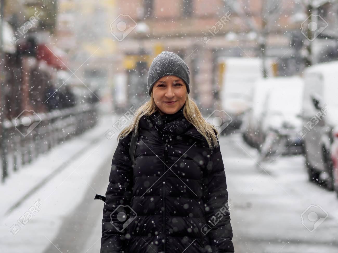 Blonde girl in the snow Standard-Bild - 91306397