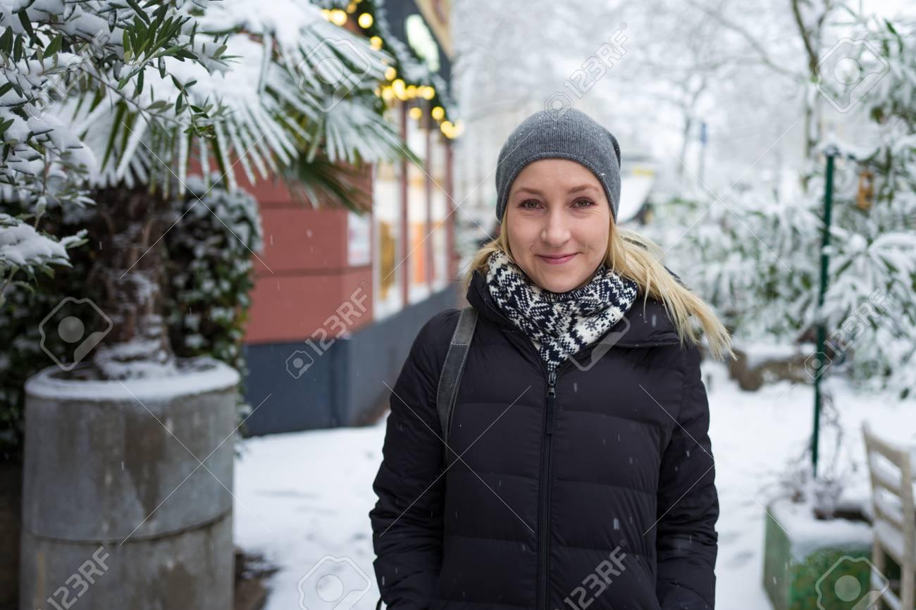 Blonde girl smiling in snowy landscape Standard-Bild - 91738938