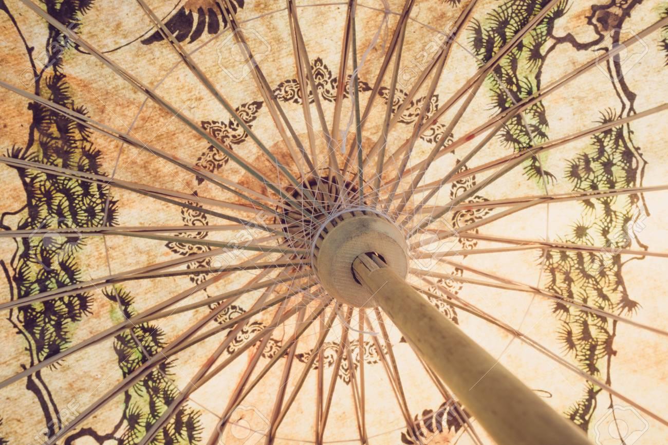 más tarde nueva llegada en stock Cierre de paraguas de bambú de papel hecho a mano tradicional con efecto  vintage
