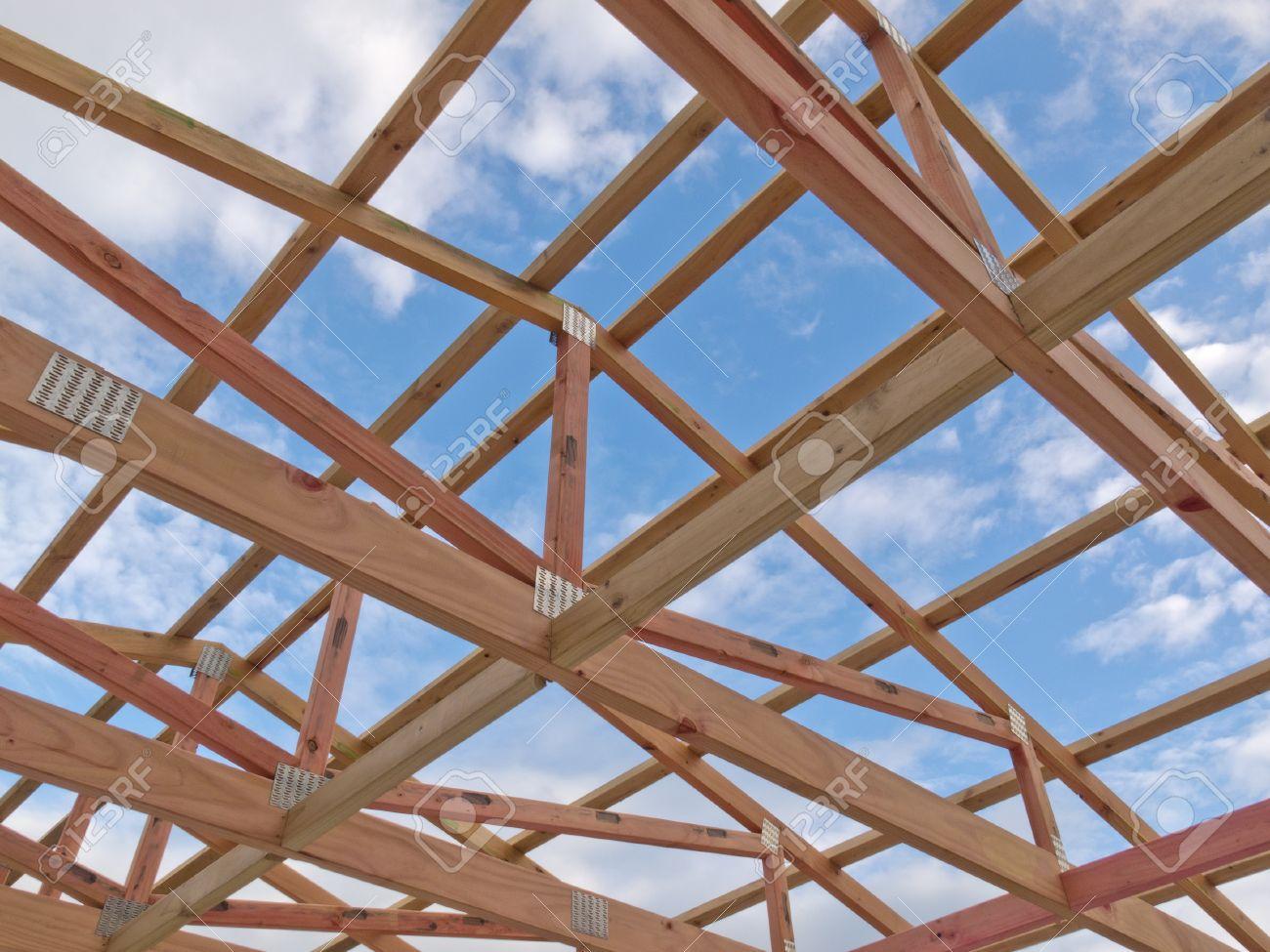 Dachrahmen Im Bau Zeigt Die Hölzernen Balken, Binder Und Balken ...