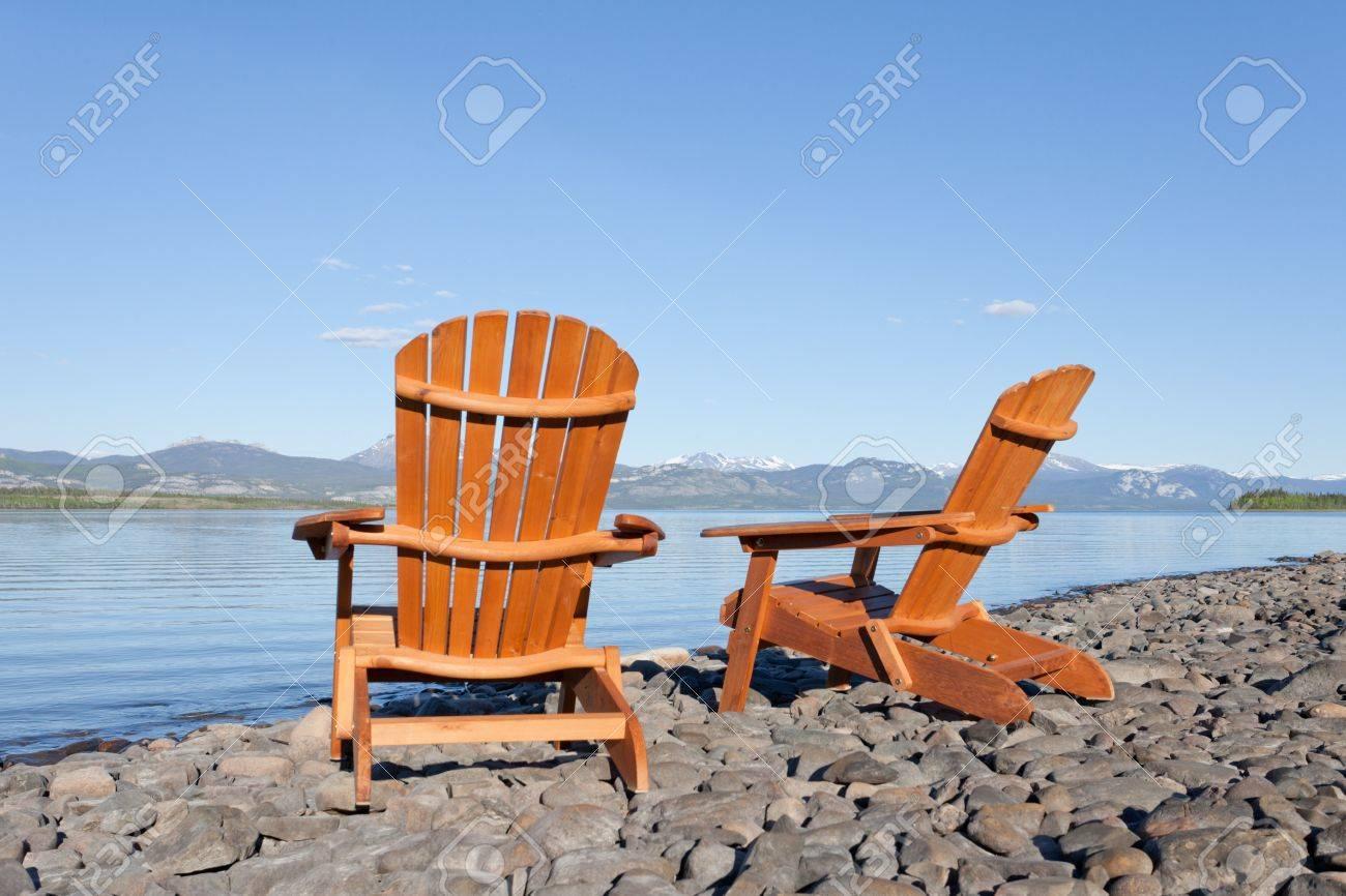 Dos Vacíos De Madera Sillas De Adirondack O Tumbonas En La Playa ...