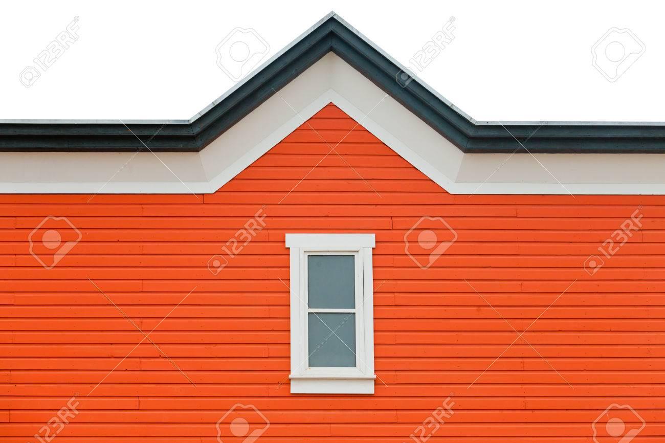 orange gebäude fassade mit fenster und ausgefallene dachverkleidung