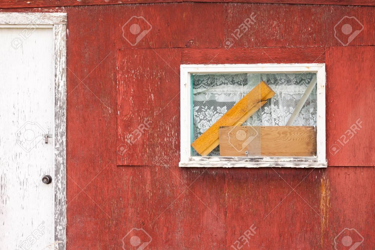 Außenfenster Auf Verwitterten Holzhütte Mit Vorhängen Und Holzblöcke ...