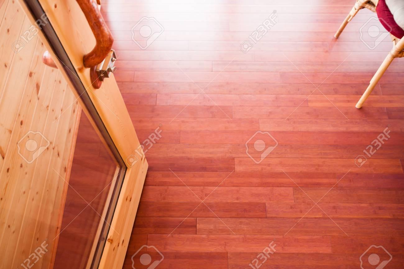 offene glastür auf luxus schuss holzveranda, der von oben eine fülle