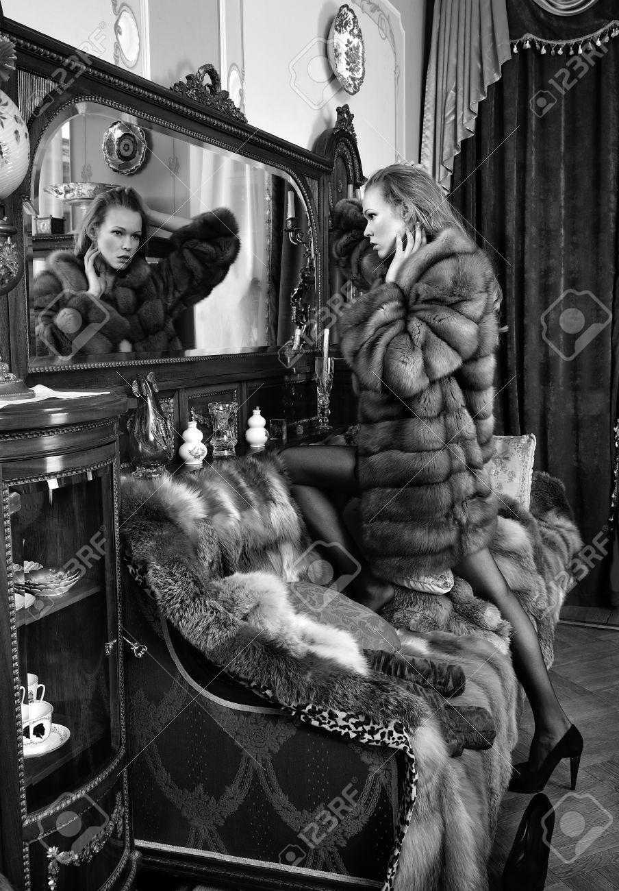 En Abrigo El Hermosa De Desnuda Pieles Lujoso Espejo Mujer EqYExpnwt