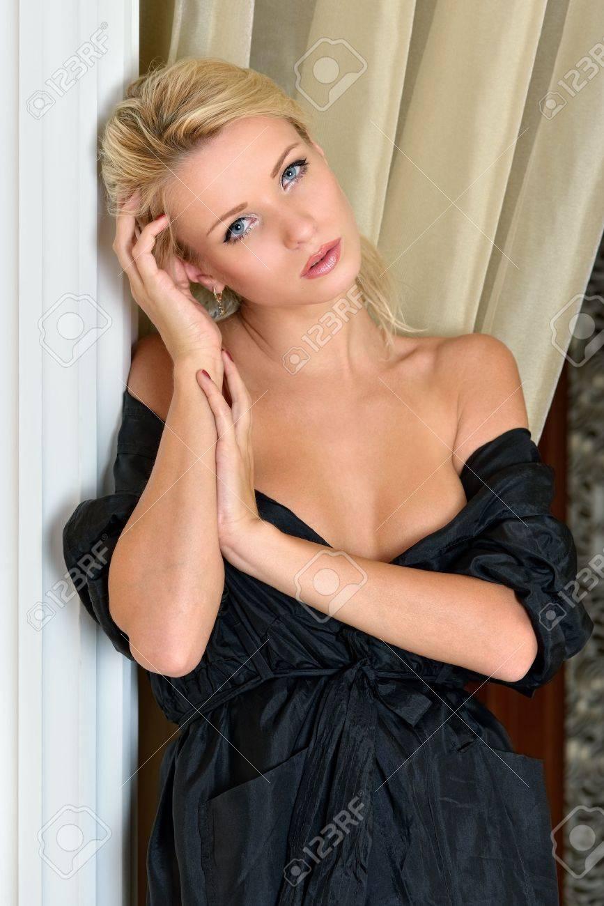 Блондинка в халате