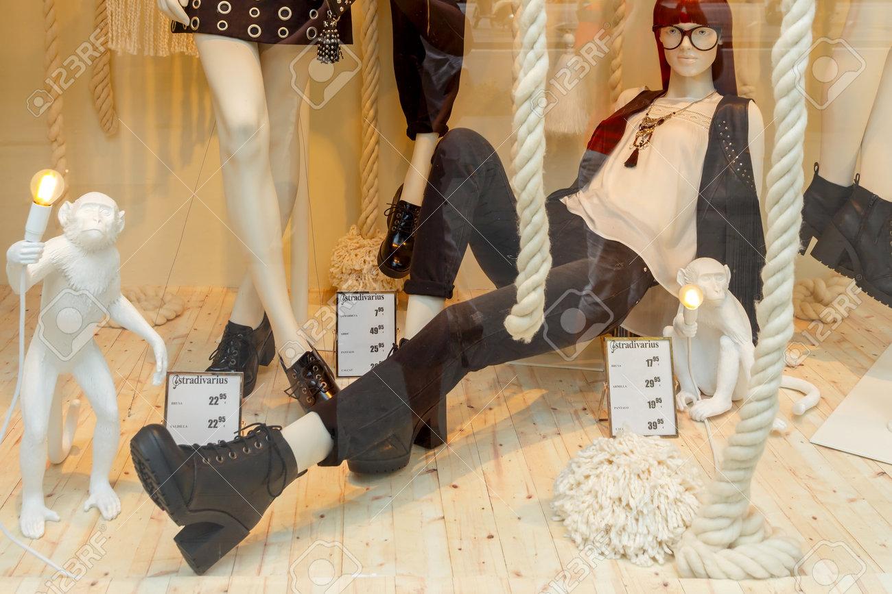 sports shoes dbd7a 9a68b Barcellona, ??Spagna - 6 settembre 2015: un negozio di vetrine e  abbigliamento a Barcellona. Barcellona è uno dei centri della moda europea.