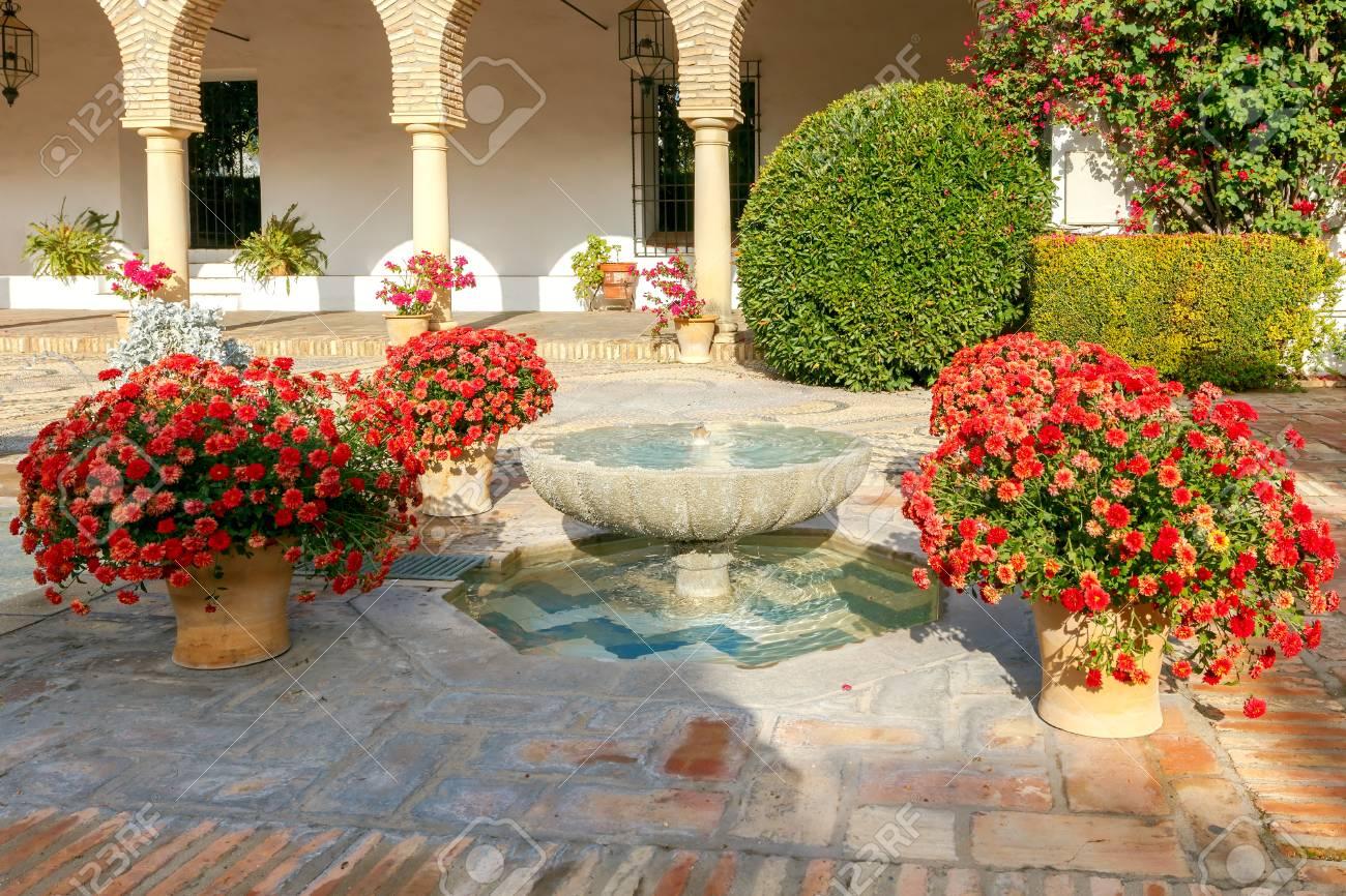 Patio Avec Fontaine Et Des Fleurs Dans Lespace Intérieur Dune