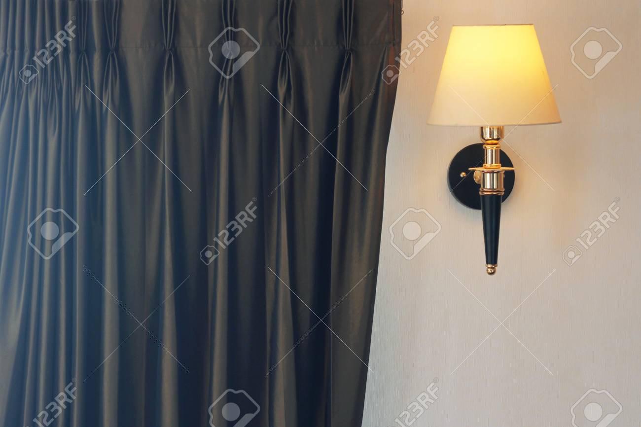 Lampada Vintage Da Parete : Lampada da parete vintage nella stanza di lusso foto royalty free