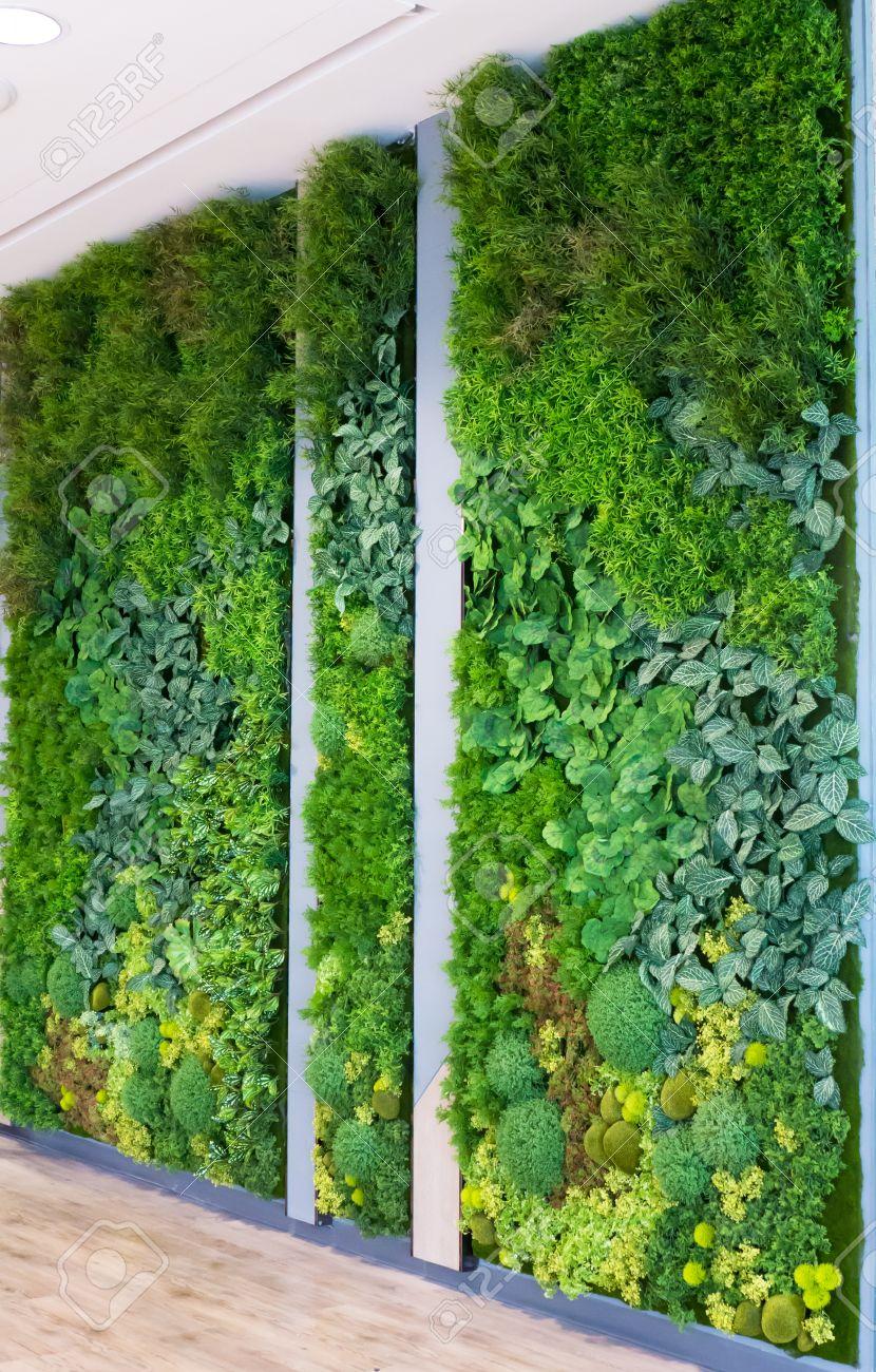 jardines verticales con plantas falsas en las paredes foto de archivo
