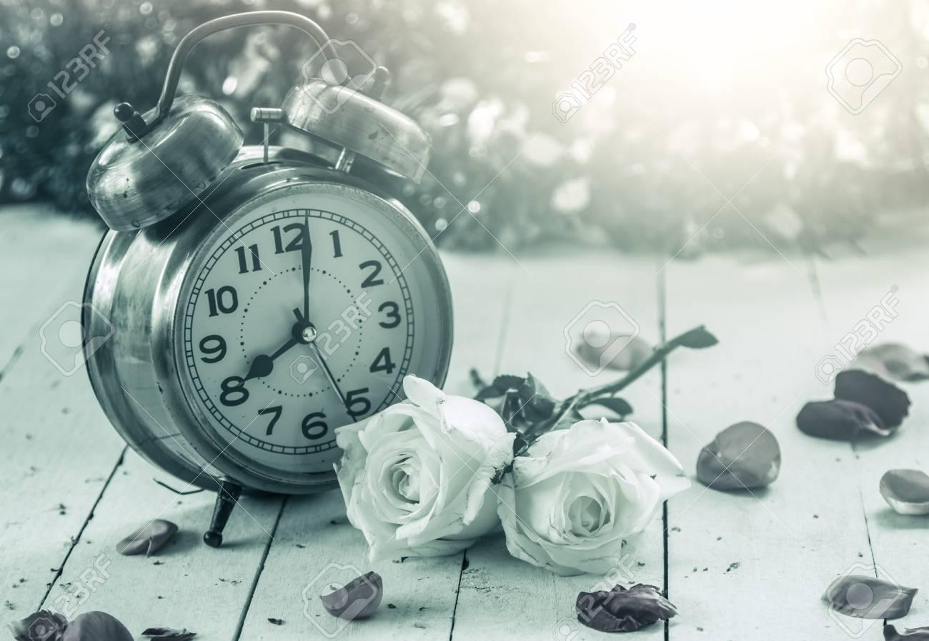 Wecker Mit Schöne Weiße Rose Auf Holzuntergrund Im Vintage Farbton Lizenzfreie Fotos Bilder Und Stock Fotografie Image 42138067
