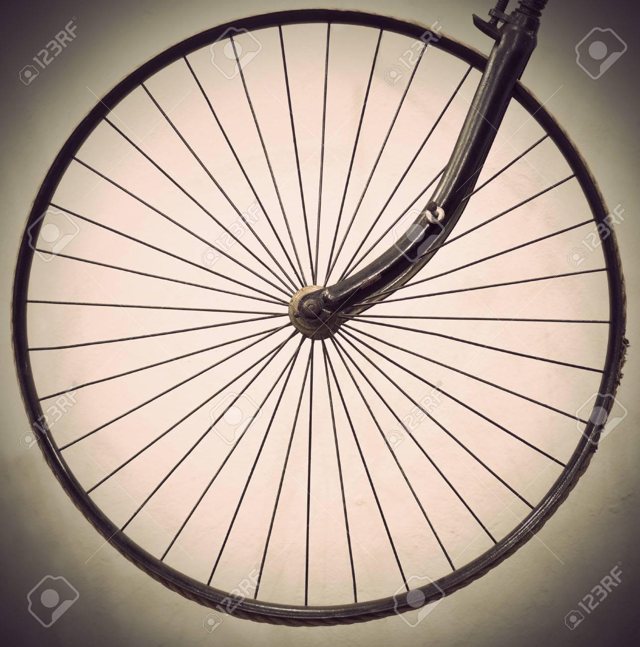 Ancienne Bicyclette roue de bicyclette ancienne en sépia banque d'images et photos