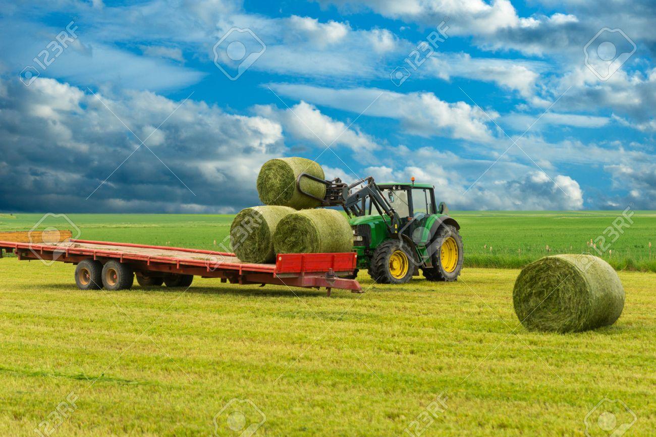 banque dimages tracteur et remorque avec des balles de foin dans le paysage rural