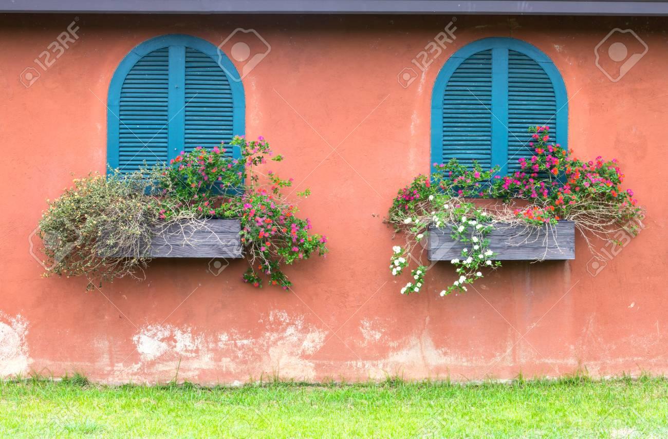 Blue Vintage Fenster Mit Hölzernen Blumenkasten Auf Orange Wand ...