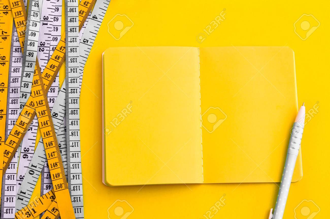 食事コントロール概念の背景。カラフルなイエロー ブック日記メモ帳と ...