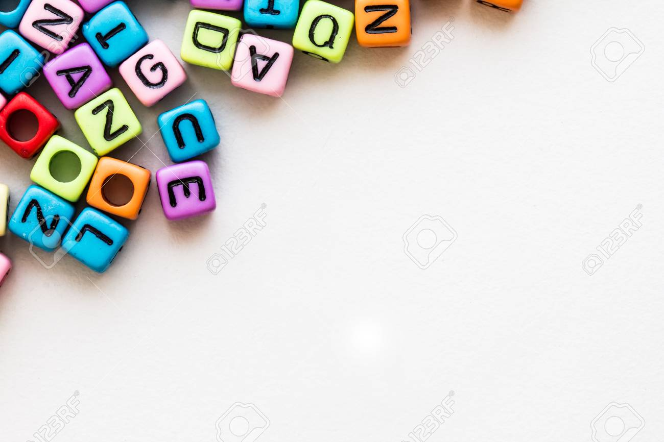 famous brand 100% quality look out for Cube de l'alphabet anglais coloré sur fond de papier blanc, concept  d'apprentissage de la langue anglaise