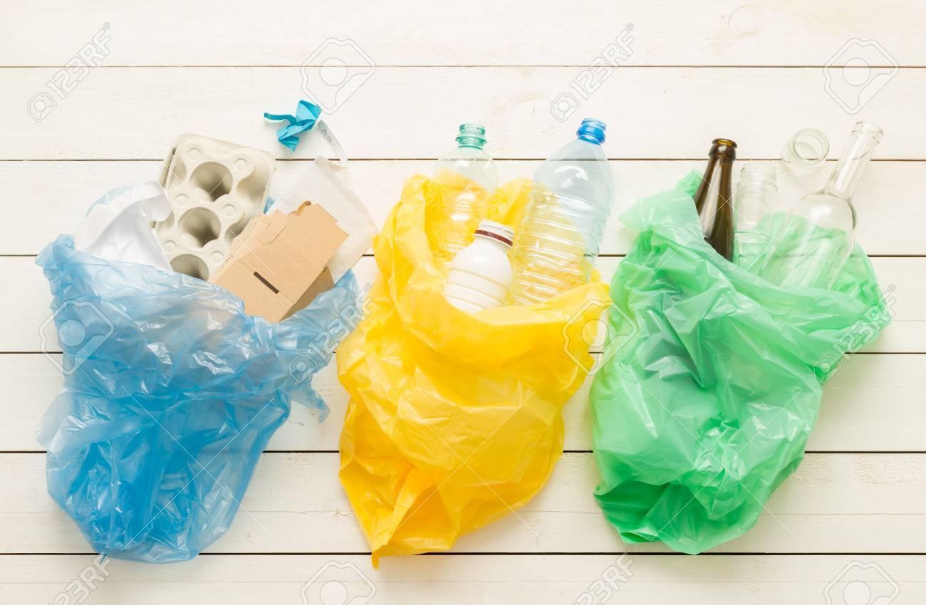 f668b3781 Foto de archivo - Reciclaje y ecología. Clasificación (segregación) de  residuos domésticos (papel, vidrio, plástico) en bolsas capturadas desde  arriba ...