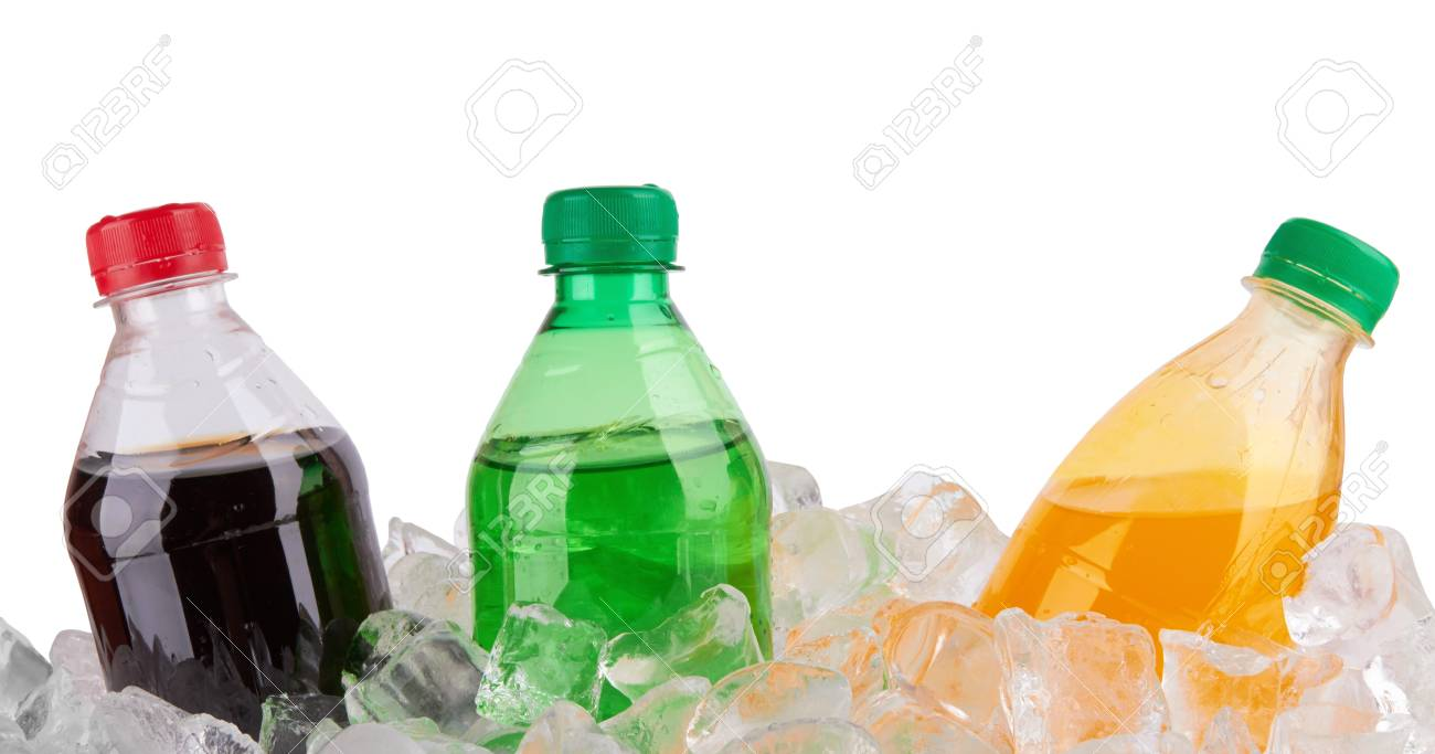 Kalte Getränke In Kunststoffflaschen Auf Haufen Eiswürfel ...