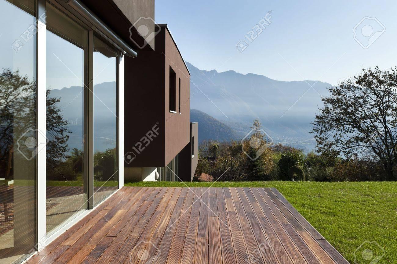 Belle maison moderne avec jardin, en plein air banque d'images et ...