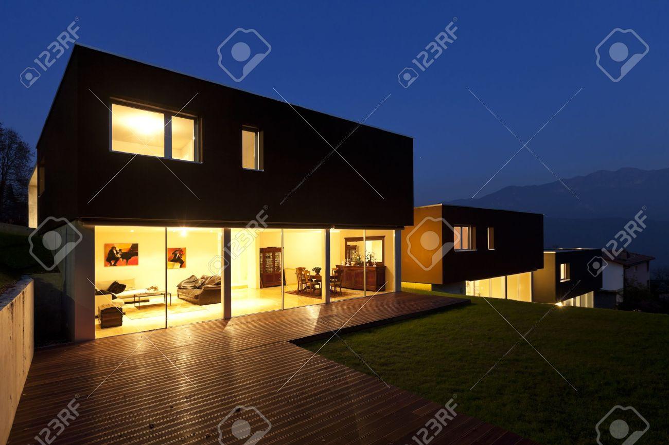 Angesichts Der Schonen Modernen Hausern Im Freien Bei Nacht