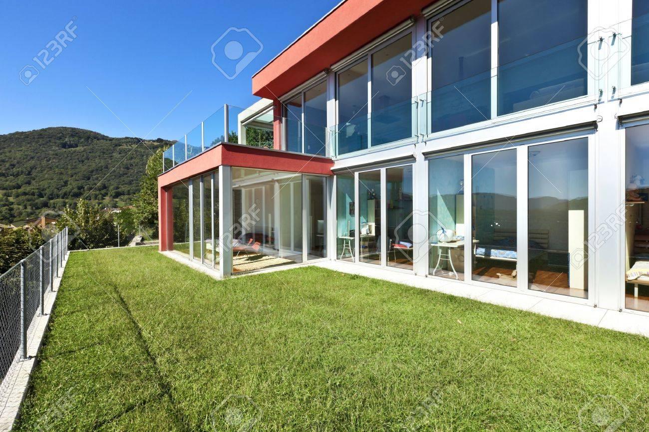 Schönes Haus, Moderner Stil, Aus Dem Garten Zu Sehen Lizenzfreie ...