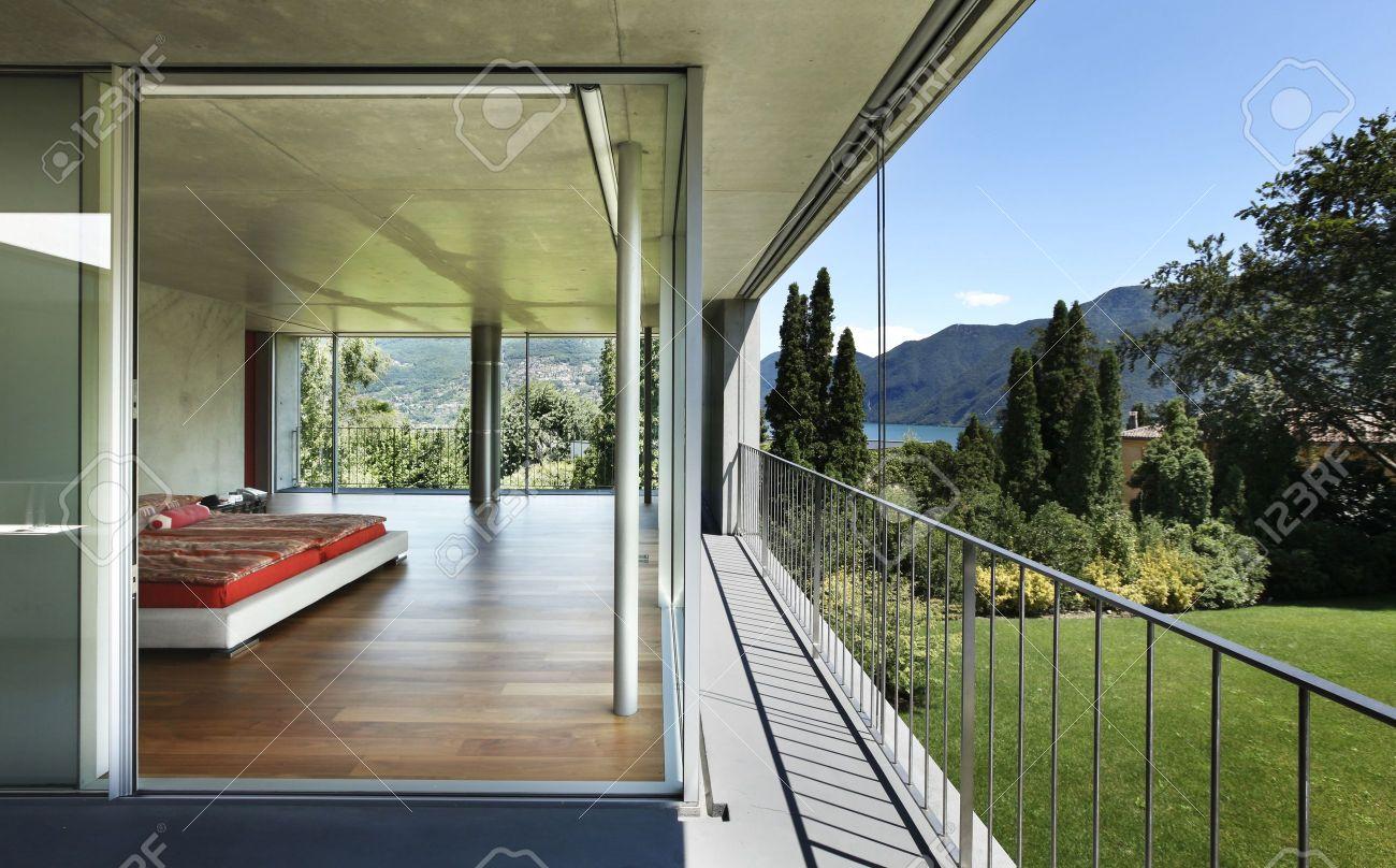 Modern Huis Interieur, Uitzicht Vanaf Balkon, Slaapkamer Royalty ...
