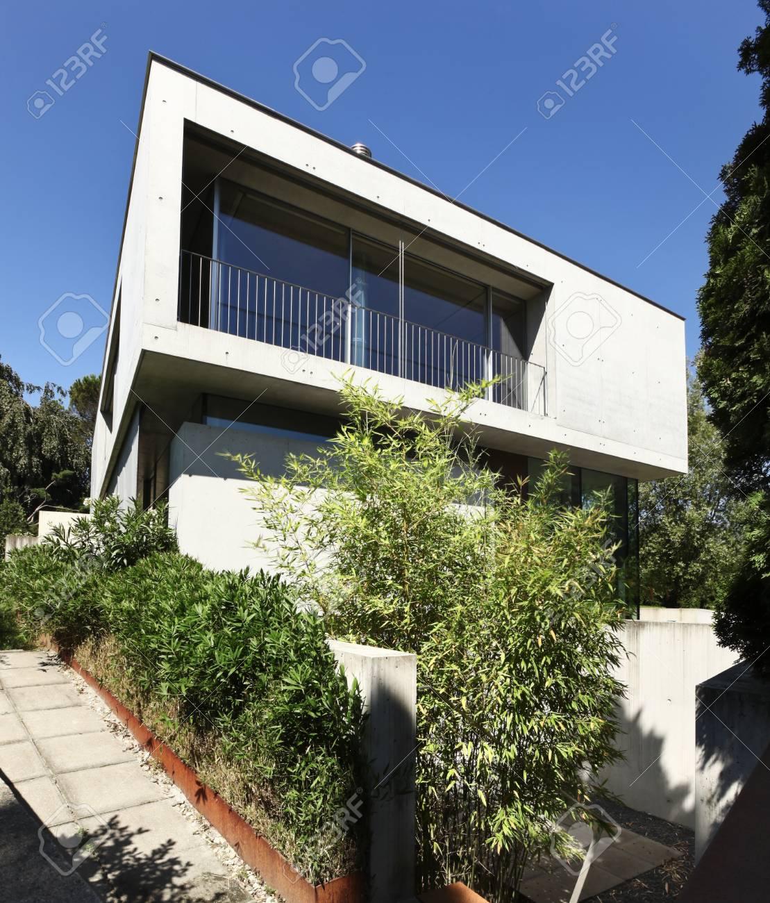 Entrée d\'une maison moderne en beton