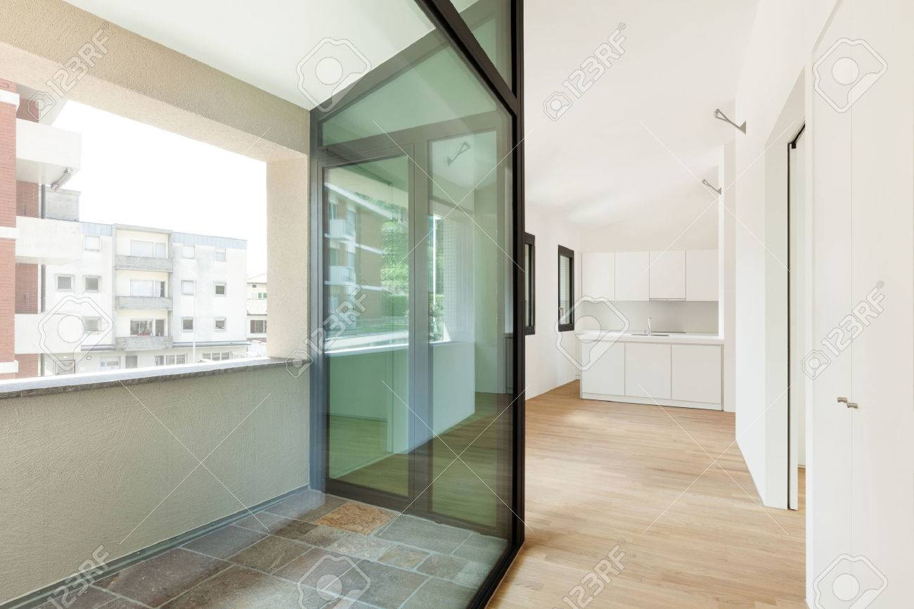 Intérieur maison neuve, vue sur la véranda de l\'intérieur